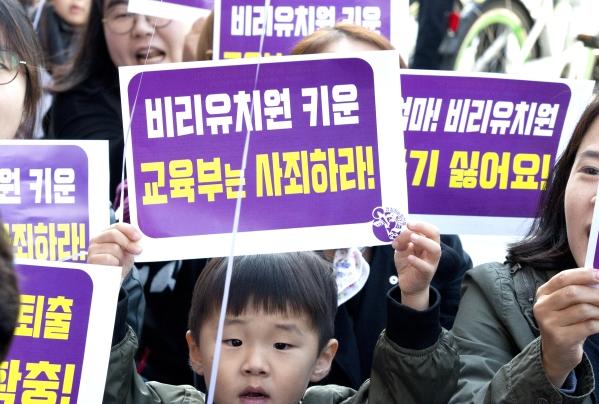 시민단체 '정치하는 엄마들'은 20일 오전 11시 서울시청 4번 출구 앞에서 '유아교육·보육 정상화를 위한 모두의 집회'를 열고, 한국유치원총연합회(이하 한유총) 및 교육당국 책임자 처벌 등을 주장했다.