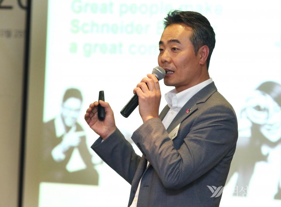 25일 서울 중구 프레지던트 호텔에서 '히포시 리더십 세미나'가 열려 김경록 슈나이더일렉트릭 대표가 강의를 하고 있다.