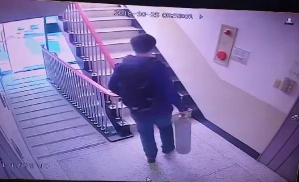 부산 사하경찰서는 부산의 한 아파트에서 일가족 4명과 용의자로 추정되는 남성 등 5명이 숨진 채 발견해 수사를 벌이고 있다고 26일 밝혔다. 사진은 용의자로 추정되는 남성이 일가족 집을 나와 자신의 차량에서 질소 가스통을 들고 다시 아파트로 들어가는 모습이 담긴 CCTV영상 . 2018.10.26. (사진=부산경찰청 제공)