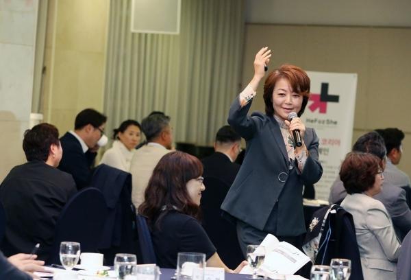 히포시 리더십 세미나가 25일 오후 7시 서울 중구 프레지던트 호텔 브람스홀에서 열렸다. 조은정 박사가 강연을 하고 있다. ⓒ이정실 여성신문 기자