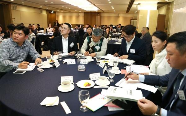 히포시 리더십 세미나가 25일 오후 7시 서울 중구 프레지던트 호텔 브람스홀에서 열렸다. 참석자들이 강연에 집중하고 있다. ⓒ이정실 여성신문 기자