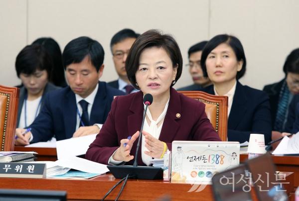 진선미 여성가족부 장관이 30일 서울 여의도 국회에서 열린 여성가족위원회 국정감사에서 의원들의 질의에 답하고 있다.