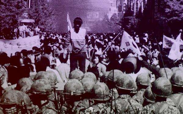 1980년 5·18민주화운동 당시 계엄군의 잔혹함과 시민들의 분노, 항쟁이 끝난 뒤 광주 모습이 담긴 영상이 38년만인 9일 오후 광주 동구 국립아시아문화전당 극장3에서 처음 공개됐다. 계엄군 앞에서 시민들이 시위를 하고 있다.  (사진=5·18민주화운동기록관 공개 영상 촬영)