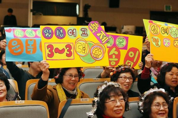 1일 서울 마포구 마포아트센터 대공연장에서 일성여자중고등학교 제17회 영어말하기대회가 열려 영어연극 공연을 하는 참가팀을 학급 친구들이 응원하고 있다.