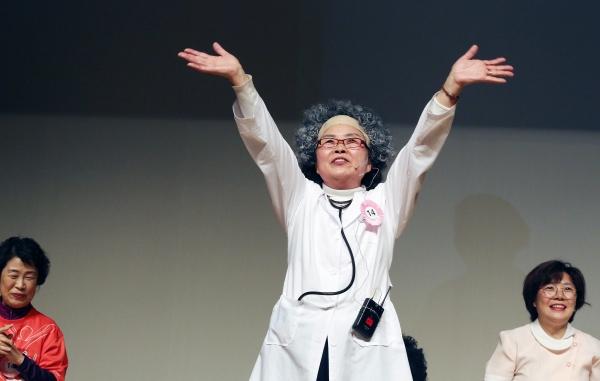 1일 서울 마포구 마포아트센터 대공연장에서 일성여자중고등학교 제17회 영어말하기대회가 열려 학생들이 영어연극 공연을 마치고 관객들에게 인사하고 있다.