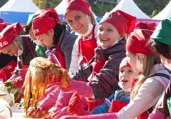 2일 서울광장에서 '제5회 서울김장문화제'가 열려 외국인 참가자들이 담근 김치를 들고 웃어 보이고 있다.