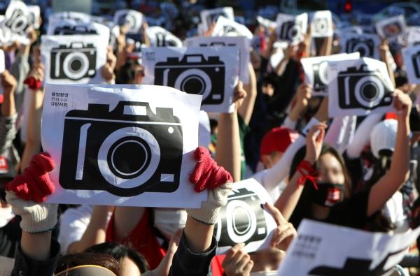 지난 5월 19일 서울 종로구 대학로에서 열린 '불법촬영 편파수사 규탄시위'에 참여한 여성 1만2000여명이 불법촬영을 비판하는 퍼포먼스를 벌이고 있다.