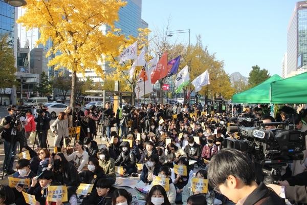 3일 광화문 파이낸스센터 앞에서 청소년과 시민 약 250 여명이 모여 스쿨미투 집회를 열었다. ⓒⓒ김진수 기자