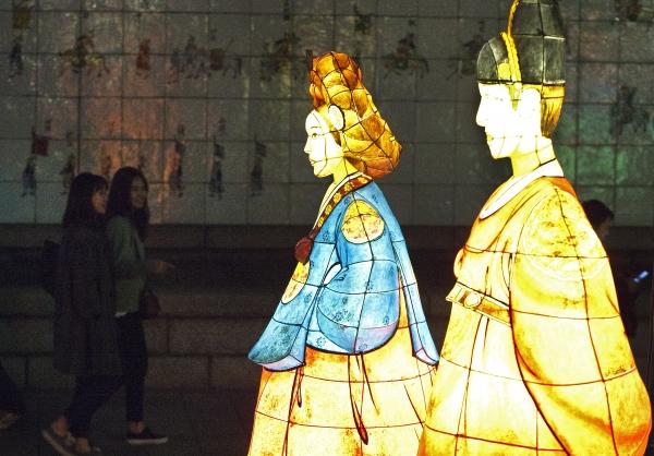 5일 서울 청계광장부터 수표교 구간까지 '2018 서울빛초롱축제'가 열려 시민들이 설치된 작품을 감상하며 걷고 있다.