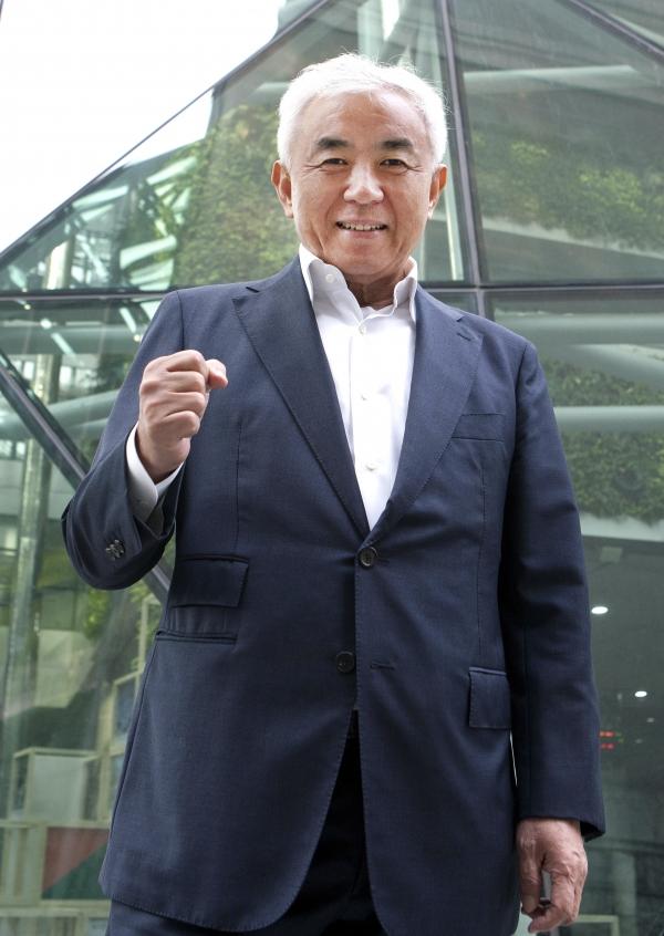 주원홍 서울시체육회 부회장이 6일 서울시청 앞에서 사진촬영을 위해 포즈를 취하고 있다.