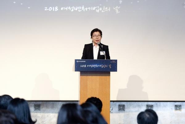 6일 서울 중구 소공동 롯데호텔 서울 크리스탈볼룸에서 '2018 여성벤처기업인의 날' 행사가 열려 윤소라 한국여성벤처협회 회장이 개회사를 하고 있다.