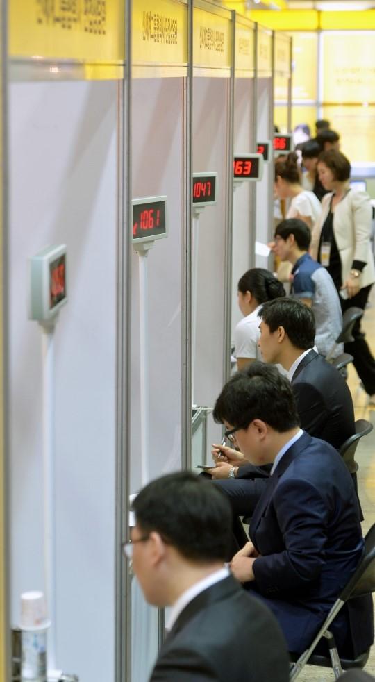 지난 6월 서울 강남구 삼성동 코엑스 B홀에서 열린 취업박람회에 참가한 구직자들이 현장 면접을 보고 있다. / 사진은 기사와 직접적 관련이 없습니다. ⓒ뉴시스·여성신문