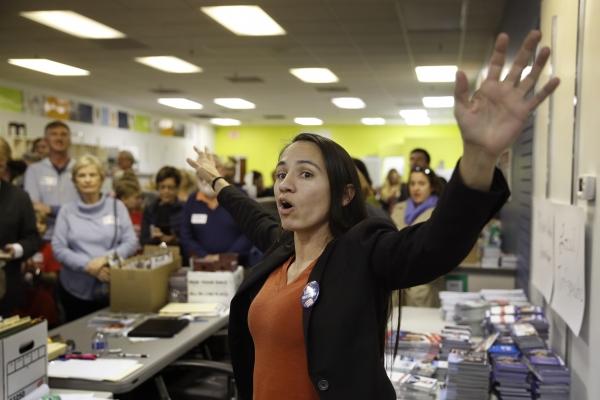 민주당 소속 셔리스 데이비스 후보가 6일(현지시간) 중간선거에서 미국 원주민 최초로 연방의회 진출에 성공했다. 사진은 지난 10월 2일 캔자스 주 오버랜드팍에 마련된 선거사무소에서 지지자들과 대화하고 있는 데이비스 당선인.