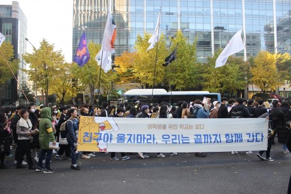 학생의 날인 3일 ' 여학생을 위한 학교는 없다' 라는 주제로 열린 '스쿨미투' 집회에서 참가자들이 행진하고 있다. ⓒ김진수 여성신문 기자