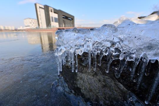 영하 10도에 육박하는 한파가 수일째 이어지는 가운데 3일 오전 올겨울 들어 처음으로 한강 결빙이 관측됐다. (사진은 지난해 12월 서울 서초구 반포동 서래섬에서 관측된 결빙.) ⓒ뉴시스·여성신문