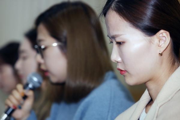 2018 평창동계올림픽 컬링 여자 단체전 은메달 '팀킴'(김초희, 김영미, 김선영, 김은정, 김경애)이 15일 서울 송파구 올림픽파크텔에서 기자회견을 열고 있다.