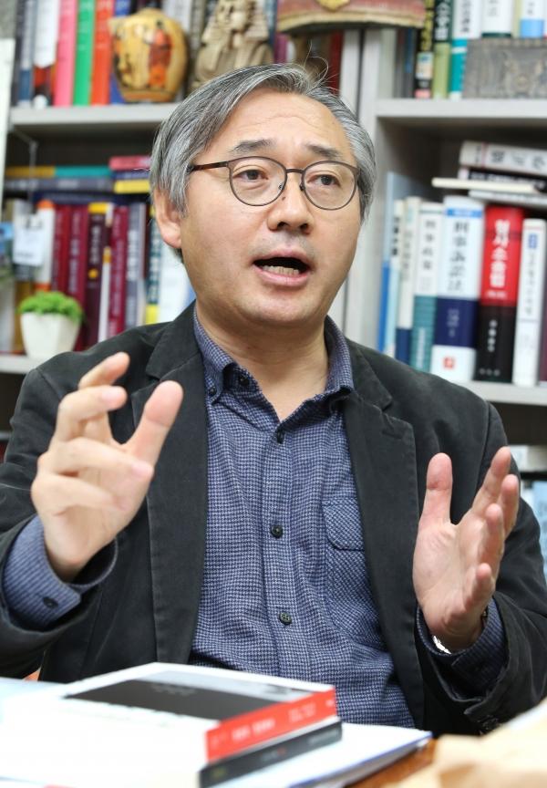 박찬운 한양대 법학전문대학원 교수가 8일 서울 성동구 한양대학교 교수연구실에서 여성신문과 인터뷰를 하고 있다.