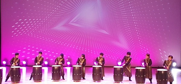어눌림한마당에 첫번째로 출연한 성주군여성단체협의회 장계향선향회원들이 난타공연을 하고 있다.