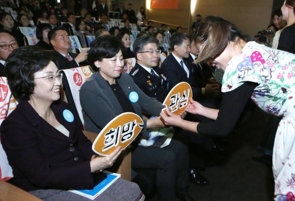 19일 서울 강남구 코엑스 컨퍼런스룸에서 제12회 아동학대예방의 날 기념식이 열려 아동학대예방을 위한 그림자 아트 공연이 진행되는 가운데 객석의 장정숙, 남인순 의원 등 내빈들이 공연에 참여하고 있다.