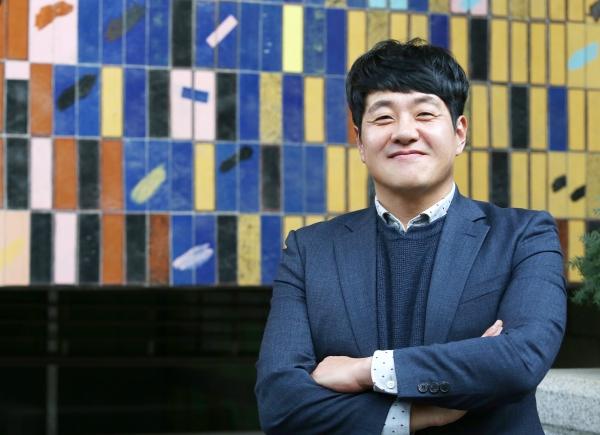 황정진 바른황토 대표가 20일 서울 충정로 여성신문사에서 사진촬영을 위해 포즈를 취하고 있다