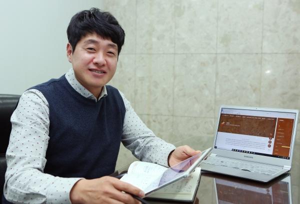 황정진 바른황토 대표가 20일 서울 충정로 여성신문사에서 기자에게 자사의 황토 제품에 대해 설명하고 있다. ⓒ이정실 여성신문 사진기자