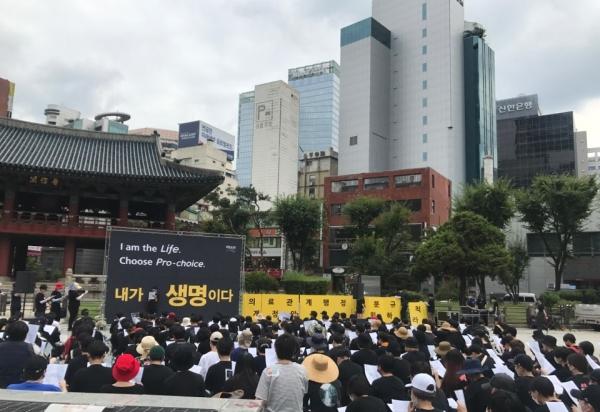 낙태죄 폐지 시위를 주도해 온 비웨이브(BWAVE)가 25일 오후 3시 종로구 보신각에서 제16차 시위를 진행했다. 시위 참가자들이 임신중단 합법화를 요구하는 구호를 외치고 있다. ⓒ여성신문