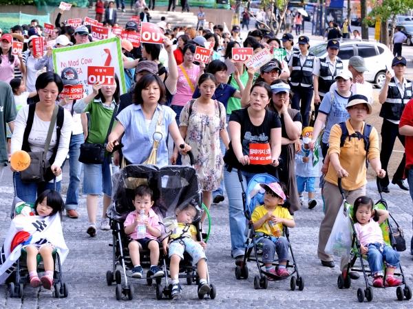 2008년 6월 촛불문화제에서 여성들이 유모차 행진을 하고 있다. ⓒ여성신문