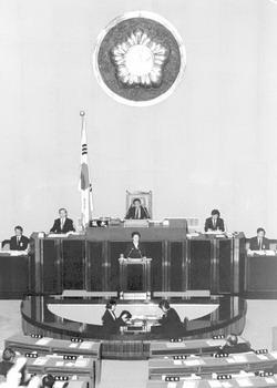 1988년 평민당 비례대표 국회의원으로 정기국회에서 대정부 질의를 하는 모습. 짧은 정치활동이었지만 가족법과 남녀고용평등법 개정에 큰 기여를 했다.