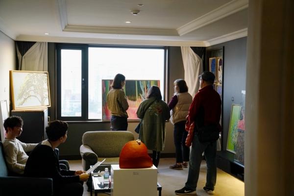 관람객들이 임수빈 작가의 '소소한 행복' 작품을 둘러보고 있다. ⓒ아트제주2018