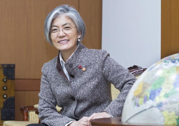 강경화 외교부 장관이 28일 서울 도렴동 외교부 청사에서 여성신문과 인터뷰하고 있다.
