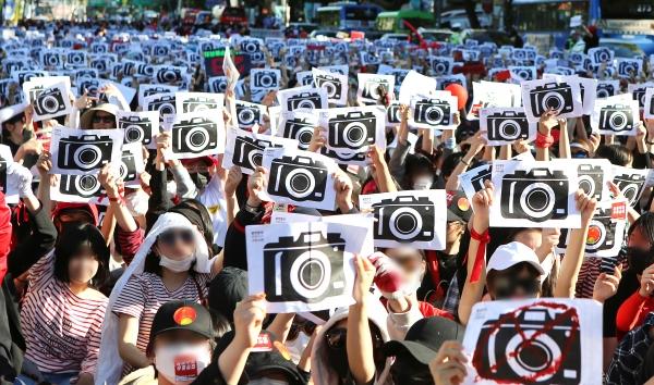 2018년 5월 서울 대학로 혜화역에서 열린 '불법촬영 편파수사 규탄시위' ⓒ이정실 여성신문 사진기자