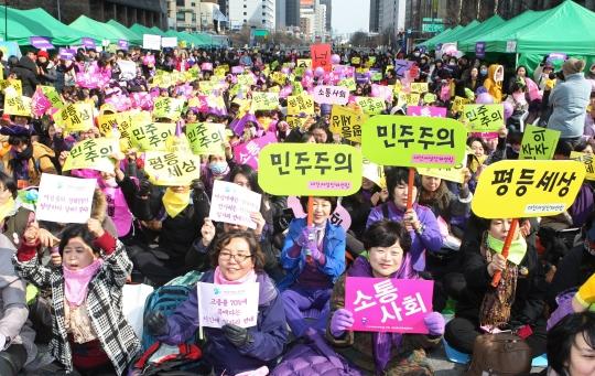 한국여성단체연합이 지난해 주최한 '3·8 세계여성의날' 행사에서 참가자들이 '민주주의' '평등세상'이라고 적힌 손피켓을 흔들고 있다. ⓒ이정실 여성신문 사진기자
