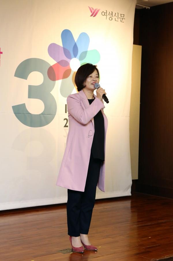 4일 서울 여의도 63빌딩 컨벤션센터에서 열린 '여성신문 창간 30주년 후원의 밤' 행사에서 진선미 여성가족부 장관이 축하인사를 하고 있다.
