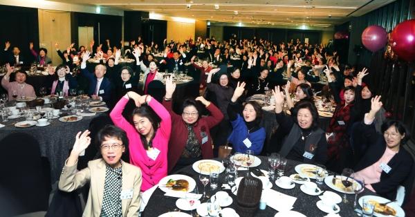 4일 서울 여의도 63빌딩 컨벤션센터에서 '여성신문 창간 30주년 후원의 밤' 행사가 열려 참석자들이 축하 퍼포먼스를 하고 있다.
