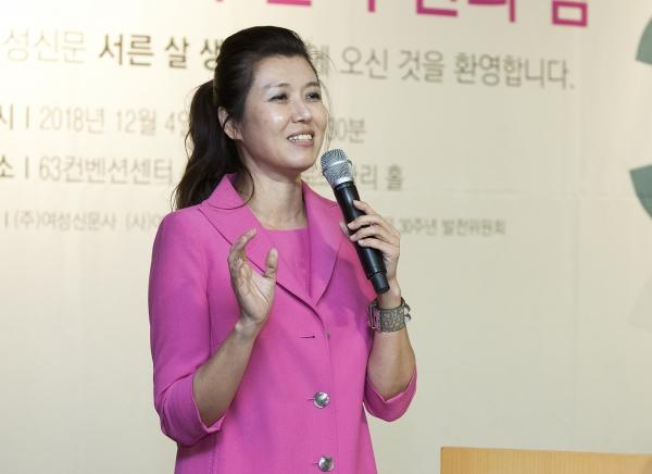 4일 서울 여의도 63빌딩 컨벤션센터에서 열린 '여성신문 창간 30주년 후원의 밤' 행사에서 사회를 맡은 진양혜 아나운서가 참석자들에게 인사말을 하고 있다.