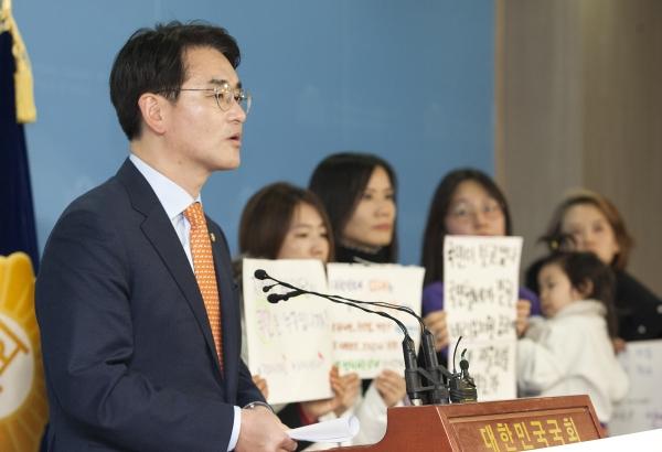 5일 서울 여의도 국회 정론관에서 박용진 3법 원안 통과를 촉구하는 기자회견이 열려 더불어민주당 박용진 의원이 발언하고 있다.