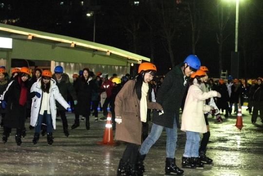 서울광장 스케이트장에서 시민들이 스케이트를 타고 있다.