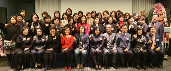 창립포럼에 참석한 내빈 및 회원들이 창립을 축하하며 기념사진을 찍었다. 사진: 권은주기자