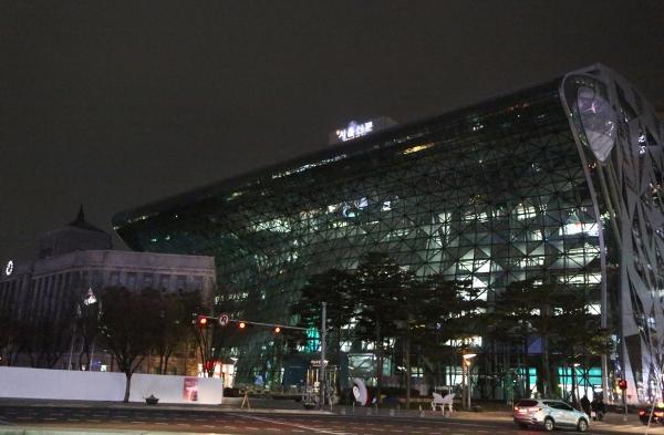 11일 퇴근시간이 지난 밤 9시가 넘은 시각 서울시청 곳곳에 불이 밝혀있다. ⓒ이정실 여성신문 사진기자