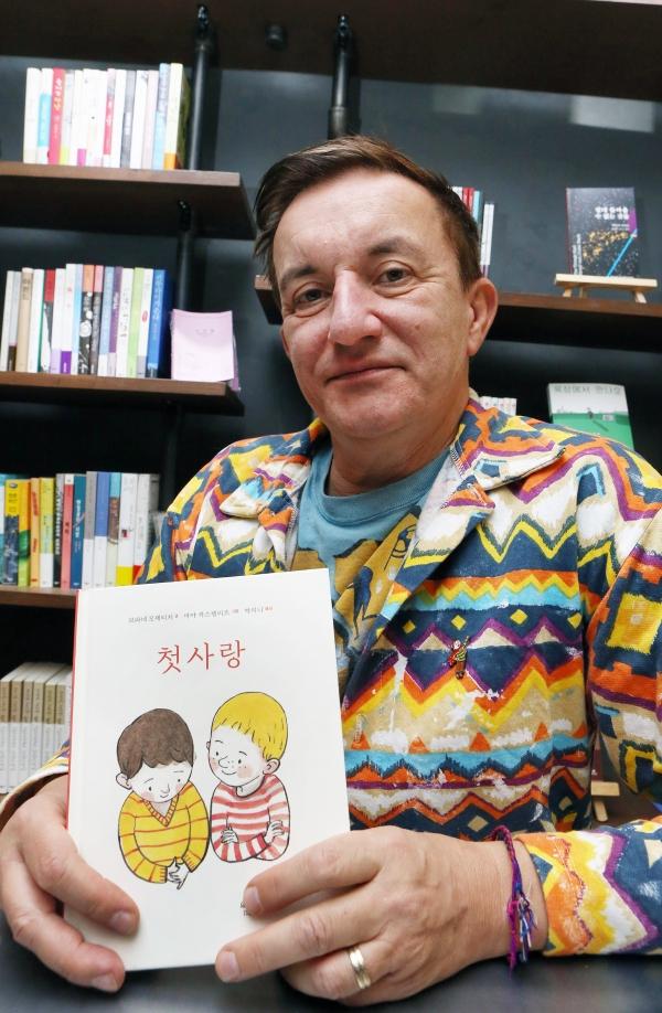 5일 서울 연남동 책방 '서로'에서 슬로베니아의 퀴어 작가 브라네 모제티치가 국내에 출간된 자신의 저서 '첫사랑' 한국어 번역판을 들어 보이고 있다. ⓒ이정실 여성신문 사진기자