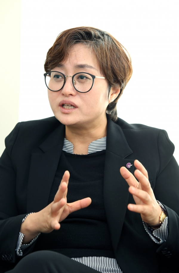 11월 22일 서울 은평구 한국여성의전화 사무실에서 고미경 한국여성의전화 상임대표가 여성신문과 인터뷰를 하고 있다. ⓒ이정실 여성신문 사진기자
