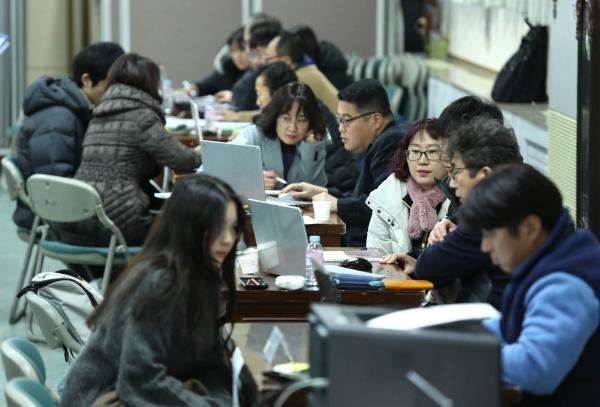 12일 서울 자양동 광진구청 대강당에서 열린 '2019학년도 정시 대학입시 설명회'에 참석한 수험생과 학부모들이 일대일 대입전략 컨설팅을 받고 있다.