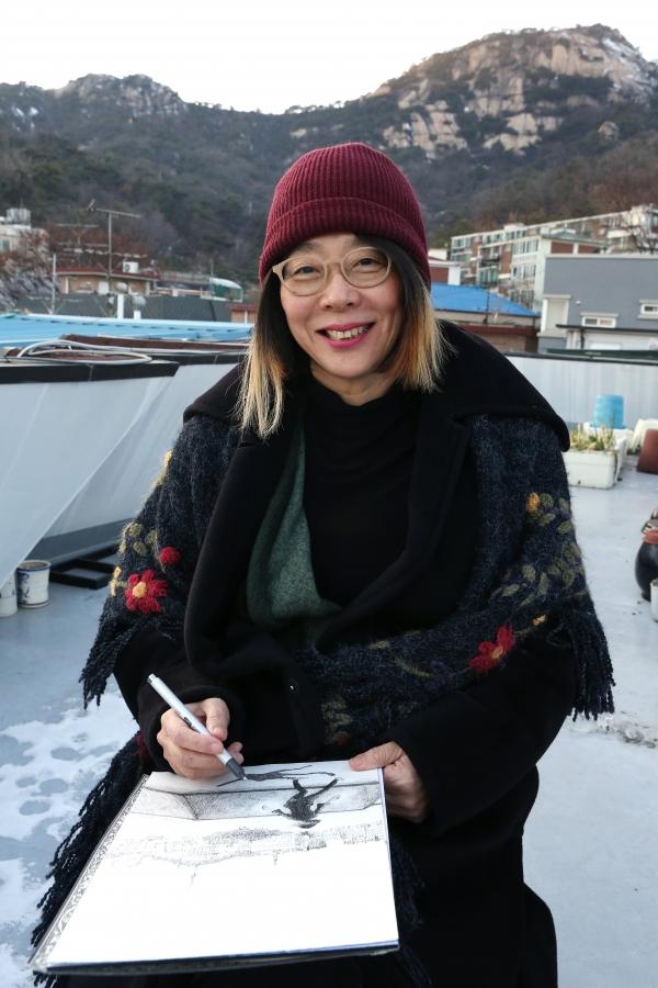 서촌 '옥상화가' 김미경 작가가 14일 서울 옥인동 자택 옥상에서 그림을 그리고 있다.