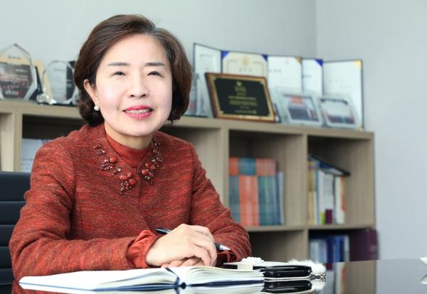 기계설비 전문건설업체 세일이엔에스(주)의 심기석 대표이사가 17일 서울 강남구 세일이엔에스 본사에서 여성신문을 만나 인터뷰를 하고 있다.