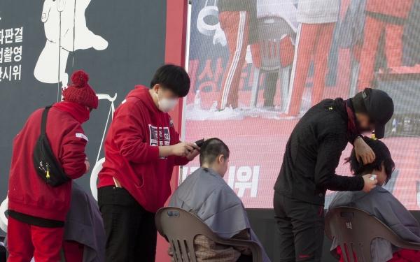 22일 서울 광화문 광장에서열린 '6차 편파판결, 불법촬영 규탄시위'에서 삭발 퍼포먼스가 진행되고 있다. ⓒ이정실 여성신문 사진기자