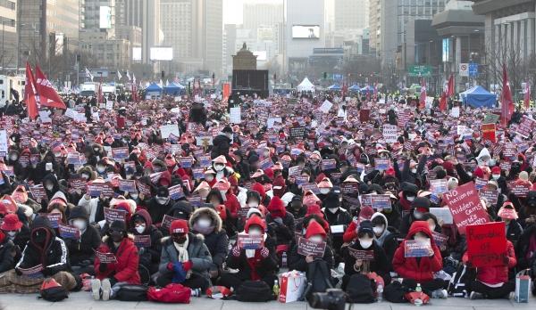 22일 서울 광화문 광장에서 '6차 편파판결, 불법촬영 규탄시위'가 열려 참가자들이 불법촬영을 규탄하는 구호를 외치고 있다. ⓒ이정실 여성신문 사진기자