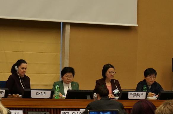 22일 스위스 제네바 유엔최고인권사무소 본부에서 열린 '유엔 여성차별철폐협약(CEDAW) 제8차 국가보고서 심의'에 참석 중인 정현백 여성가족부 장관이 수석대표로 참석해 모두발언을 하고 있다.
