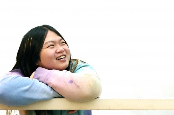 전자음악가 키라라가 지난 6일 서울 상수동 카페 무대륙에서 사진촬영을 하며 밝게 웃고 있다. ⓒ이정실 여성신문 사진기자