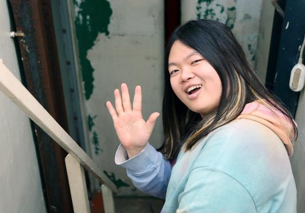 전자음악가 키라라가 지난 6일 서울 상수동 카페 무대륙에서 여성신문과 인터뷰 후 독자들에게 새해인사를 전했다. ⓒ이정실 여성신문 사진기자