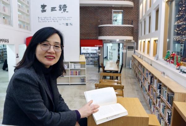 신남희 구산동도서관마을 관장이 '마을마당'에서 기존 건물들의 외관을 살린 건축에 대해 설명하고 있다. ⓒ이정실 여성신문 사진기자